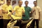 Chief Direct Distribution Sales (DDS) 3 YIMM Semarang, Moch. Ichsan Nul Hakim (dua dari kiri) memperkenalkan Yamaha New Mio M3 125 di Hotel Ciputra, Kota Semarang, Kamis (18/12/2014). (Insetyonoto/JIBI/Solopos)