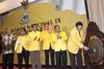 Ketua Presidium Tim Penyelamat Partai Golkar Agung Laksono (kanan) memukul gong membuka Musyawarah Nasional (Munas) IX Partai Golkar disaksikan calon ketua umum Priyo Budi Santoso (kedua dari kanan), calon ketua umum Agus Gumiwang Kartasasmita (ketiga dari kanan), anggota Presidium Penyelamat Partai Golkar Agun Gunanjar (tengah), politisi senior Anton Lesiangi (ketiga dari kiri), dan anggota Presidium Penyelamat Partai Golkar Lawrence Siburian (kedua dari kiri) di Jakarta, Sabtu (6/12/2014). Munas yang diadakan oleh Presidium Penyelamat Partai Golkar itu akan melakukan pemilihan ketua umum Partai Golkar periode 2014-2019. (JIBI/Solopos/Antara/Vitalis Yogi Trisna)