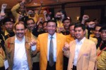 Ketua Umum Partai Hati Nurani Rakyat (Hanura) terpilih, Wiranto (tengah) bersama Sekjen terpilih, Dossy Iskandar Prasetyo (kiri) dan Ketua DPP Hanura, Yudi Krisnandi (kanan), bergandengan tangan seusai penutupan Musyawarah Nasional (Munas) I Partai Hanura di Surabaya, Minggu (7/2/2010). Wiranto kembali memimpin Hanura setelah dipilih peserta munas secara aklamasi. (JIBI/Solopos/Antara/Bhakti Pundhowo)