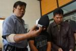 Kasat Reserse Narkoba Polresta Solo Kompol Kristyono (kiri) menunjukkan barang bukti hasil tangkapan berupa 1.2 Ons Sabu-sabu dan 200 butir ineks dari tangan tersangka Agung Wibowo,30 (mengunakan penutup wajah), Sabtu (20/12/2014) , tersangka ditangkap di sebuah kos-kosan di Pasarkliwon, Solo. (Sunaryo HB/JIBI/Solopos)