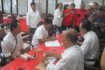 Seorang bankir bernama Djoko Karyono, 53, menjadi pendaftar pertama dalam penjaringan bakal calon bupati dan wakil bupati Klaten untuk Pilkada 2015. Pendaftaran dilakukan di DPC PDIP Klaten, Jumat (26/12/2014). (Taufiq Sidik/JIBI/Solopos)