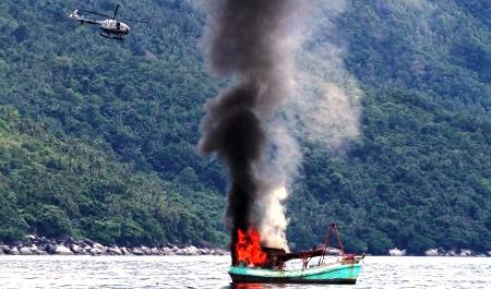 Kapal ikan milik nelayan asal Vietnam diledakkan dan ditenggelamkan oleh TNI Angkatan Laut di perairan Natuna, Kepulauan Riau, Jumat (5/12/2014). Eksekusi atas tiga kapal asal Vietnam itu dilakukan atas dasar instruksi Presiden Joko Widodo untuk menindak tegas kapal ikan asing yang mencuri di perairan Indonesia. (JIBI/Solopos/Antara/Immanuel Antonius)