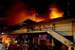 Api menghanguskan bangunan pasar Klewer di sisi barat, Sabtu (27/12/2014) malam. kebakaran yang melanda pusat tekstil terbesar di jawa tengah tersebut diperkirakan menelan kerugian ratusan miliar rupiah. (Sunaryo HB/JIBI/Solopos)