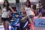 Model berdiri di samping motor Suzuki Address di Diler Indosolo Motor Gemilang, Solo, Jumat (19/12/2014). (Mahardini Nur Afifah/JIBI/Solopos)