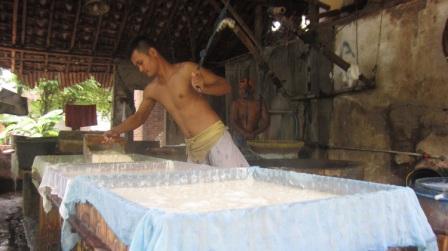 Salah seorang karyawan sedang mencetak tahu di Salah satu perusahaan pembuat tahu di Kampung Kanoman, Desa Gagak Sipat, Selasa (16/12/2014). (Irsyam Faiz/JIBI/Solopos)