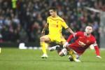 Pemain MU Wayne Rooney (Ka) duel melawan pemain Liverpool Philippe Coutinho. JIBI/Rtr/Phil Noble