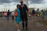 Saurabh berfoto bersama sang istri di Monas (Twitter)