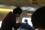 Seorang pria Tiongkok membuka pintu darurat pesawat untuk mencari udara segar (Daily Mail)