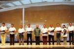 Presiden Direktur Astra Daihatsu Motor, Sudirman Maman Rusdi, menyerahkan potongan tumpeng kepada salah satu pelanggan Daihatsu Xenia, di Jakarta, Sabtu (6/12/2014). (JIBI/Solopos/Istimewa)