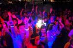 Ribuan anak muda dengan mengunakan glowstick mengikuti Glowing Run di halaman The Park, Solo Baru, Sabtu (20/12/2014). Glowing Run merupakan paduan olah raga dan rekreasi yang berkembang negara-negara maju. (Sunaryo HB/JIBI/Solopos)