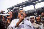 Wakil Presiden Jusuf Kalla (tengah) meninjau lokasi kebakaran Pasar Klewer, Solo, Jawa Tengah, Senin (29/12/2014). Wapres JK menyatakan pemerintah kota dibantu pemerintah pusat menanggung seluruh revitalisasi Pasar Klewer terbakar itu dalam waktu satu tahun. (JIBI/Solopos/Antara/Andika Betha)