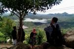 Wisatawan menikmati pemandangan dari Desa Wisata Kalibiru Kulonprogo. (Harian Jogja/Holy Kartika N.S)