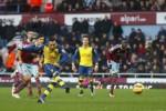 Pemain Arsenal Santi Cazorla menendang bola ke gawang West Ham United. JIBI/Rtr/Eddie Keogh