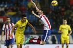 Pemain Atletico Madrid Diego Godin (kanan) terjatuh sat bersaing melawan pemain Villarreal Bruno Soriano. JIBI/Reuters/Juan Medina