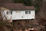 Sebagian fondasi rumah di Pantai Washaway, Washington, Amerika Serikat, ini longsor diterjang badai, Kamis (11/12/2014), waktu setempat. Badai yang sama melanda California utara dan tengah disertai hujan lebat dan angin kencang. (JIBI/Solopos/Reuters)