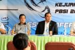 Segenap panitia pelaksana kegiatan akhir tahun PBSI di hadapan pers. PBSI menggelar dua kegiatan di Cirebon yaitu Prim-A Kejurnas dan Mukernas PBSI 2014. Ist/badmintonindonesia.org