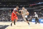 Tim Duncan pemain San Antonio Spurs mendribel bola (kanan) menuju ring basket Portland Trail Blazers. Ist/nba.com