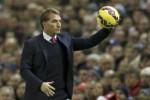 Manager Liverpool Brendan Rodgers memegang bola saat mengawasi anak buahnya dalam sebuah pertandingan. JIBI/Reuters/Phil Noble