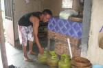 Pemilik usaha bandeng presto, Sugito, 50, warga Lingkungan Bauresan RT 001/RW 002, Kelurahan Giritirto, Kecamatan/Kabupaten Wonogiri menata tabung gas yang tersisa di dapur miliknya, Kamis (4/12/2014). Sebelumnya, 12 tabung elpiji 3 kg milik Sugito raib digondol maling. (Trianto Hery Suryono/JIBI/Solopos)