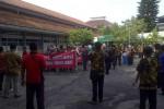 Demo besar-besaran kembali dilakukan karyawan RSO dr Soeharso menggugat kepemimpinan Direktur Utama DR.dr. Agus Hadian Rahim, SpOT, Jumat (5/12/2014) pagi. (JIBI/Solopos/Istimewa)