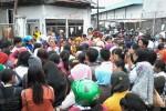 Ratusan buruh dan karyawan PT Andalan Mandiri Busana menggelar demonstrasi di depan pabrik yang berlokasi di Jl. Solo-Semarang KM.15, Desa Batan, Banyudono, Boyolali, Jumat (12/12/2014). (Hijriyah Al Wakhidah/JIBI/Solopos)