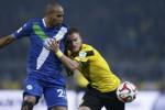 Pemain Dortmund Ciro Immobile (Ka) dan pemain VFL Wolfsburg Naldo duel berebut bola. JIBI/Rtr/Wolfga