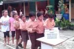 Siswa SD N 1 Wonosari menggalang dana untuk korban longsor di Banjarnegara, Jawa Tengah. (JIBI/Harian Jogja/Kusnul Isti Qomah)