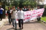 Sejumlah aktivis di Gunungkidul melakukan aksi damai memberikan dukungan kepada Mbah Harso di depan Pengadilan Negeri Wonosari, Senin (15/12/2014). (Harian Jogja/David Kurniawan)