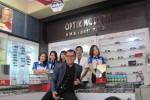 Sukaryadi saat berfoto dengan beberapa karyawannya di Optik Modern Pingit, Rabu (17/12/2014). (Harian Jogja/Joko Nugroho)