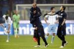Pemain Inter Milan Palacio berselebrasi dengan Medel dan Mauro Icardi (Ka). JIBI/Rtr/Alessandro Garofalo