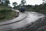 Kendaraan melintasi jalan di Desa Genting, Kecamatan Cepogo, Boyolali, menuju arah Selo yang mengelupas dan berlubang, Sabtu (6/12/2014). Jalur Solo-Selo-Borobudur (SSB) rusak parah karena sering dilalui truk pasir dan batu. (Hijriyah Al Wakhidah/JIBI/Solopos)