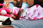 Susilah ditemani sejumlah kerabatnya beristirahat di ruang tengah rumahnya, Jumat (26/12/2014). Dia terlihat shock dan tak percaya bayi yang dikandung selama sembilan bulan hilang secara misterius.