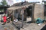 Seorang anak melihat rumah Sugihartono yang terbakar di Dusun Jetak I RT 03 RW 02 Sidokarto, Godean, Sleman, Kamis (18/12/2014) pukul 05.00 WIB. (JIBI/Harian Jogja/Sunartono)