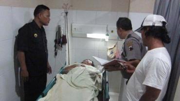 Polisi mengecek kondisi korban penjambretan, Sri Dina Saptaningsih, 39, di RS Panti Waluyo, Solo, Minggu (21/12/2014). (Ponco Suseno/JIBI/Solopos)