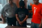 Kasat Narkoba Kompol Kristiyono (kiri) menunjukkan tersangka kurir narkoba, Agung Wibowo alias Kancil, 30, warga Sidorejo, Mangkubumen, Banjarsari, Solo (tengah), beserta  barang bukti sabu-sabu dan pil inex, Sabtu (20/12/2014), di Ruang Satnarkoba Mapolresta Solo. (Arif Fajar Setiadi/JIBI/Solopos)
