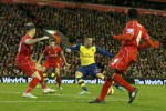 Barisan belakang Liverpool masih sering mudah diterobos oleh pemain Arsenal. JIBI/Reuters/dok