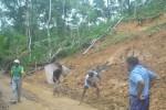 Warga membersihkan sisa longsor di Dusun Kalibuka, Desa Kalirejo, Kecamatan Kokap, Senin (1/12/2014). (Harian Jogja/Switzy Sabandar)