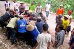 Puluhan warga membersihkan puing-puing reruntuhan batu dari tebing di Dusun Kauman, Desa Dadapayu. Akibat peristiwa itu, akses jalan sempat tersendat beberapa saat. Minggu (21/12/2014). (JIBI/Harian Jogja/BPBD Gunungkidul)