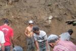 Warga bekerja bakti membersihkan materian longsor di Dusun Pace, Desa Hargomulyo, Kecamatan Gedangsari, Minggu (28/12/2014). (JIBI/Harian Jogja/Dok. BPBD Gunungkidul)
