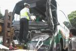 Awak bus Lorena dan personel Satlantas Polres Boyolali membersihkan pecahan kaca sesaat setelah bus itu terlibat tabrakan dengan truk trailer milik Wijaya Karya (Wika), di pertigaan Wika, Mojosongo, Boyolali, Selasa (30/12/2014). (Hijriyah Al Wakhidah/JIBI/Solopos)