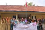 Mara Entertainment berfoto bersama siswa serta guru SLB Puspa Melati, Dusun Pudak, Desa Tepus, Kecamatan Tepus, Rabu (17/12/2014). (Kusnul Isti Qomah/JIBI/Harian Jogja)