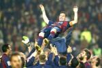 Bintang Barcelona Lionel Messi merayakan kemenangannya bersama teman-teman setimnya. JIBI/Reuters/Albert Gea
