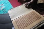Naskah kuno di Perpustakaan Rekso Pustoko Mangkunegaran yang telah dilaminasi menggunakan tisu jepang. (Ahmad Baihaqi/JIBI/Solopos)