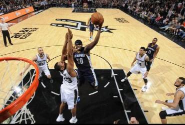 Pemain Memphis Grizzlies, Randolph (50) melakukan jumping berusaha memasukkan bola ke ring basket  San Antonio Spurs. Ist/nba.com
