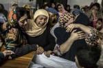 Para wanita menangisi jenazah keluarga mereka, Mohammed Ali Khan, 15, salah seorang pelajar yang tewas saat militan Taliban menyerang sebuah sekolah di Peshawar, Pakistan, Selasa (16/12/2014). Sedikitnya 132 siswa dan 9 karyawan sekolah tewas dalam tragedi berdarah itu. (JIBI/Solopos/Reuters)