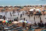 Wisatawan di Pantai Baron Gunungkidul, Kamis (25/12/2014). (David Kurniawan/JIBI/Harian Jogja)