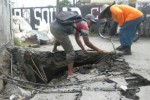 Dua pekerja memperbaiki amblesnya permukaan jalan untuk pengendara motor pada sayap barat bagian selatan Underpass Makamhaji, Senin (22/12/2014). (Moh. Khodiq Duhri/JIBI/Solopos)