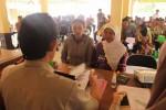 Proses pencairan dana pembebasan lahan milik warga untuk area parkir di Pantai Krakal, Rabu (17/12/2014). Pencairan dana dilakukan di Balaidesa Ngestirejo, Kecamatan Tanjungsari. (Harian Jogja/Kusnul Isti Qomah)
