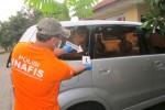 Petugas Inafis Polres Sleman melakukan olah TKP di mobil milik korban usai ditembak. Olah TKP dilakukan di Mapolsek Depok Timur, Kamis (25/12/2014) sore. (Sunartono/JIBI/Harian Jogja)
