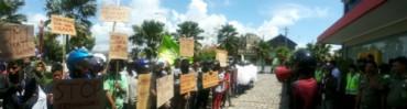 Ratusan warga Dusun I dan II, Desa Bugel, Kecamatan Panjatan melakukan unjuk rasa di halaman depan kantor PT PLN Rayon Wates, Kamis (18/12/2014). (Harian Jogja/Switzy Sabandar)